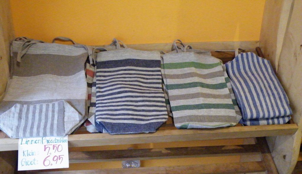 Ook te koop bij de Koehoorn, linnen broodzakken van Manna, een duurzaam alternatief voor de wegwerp plastic of papieren zak
